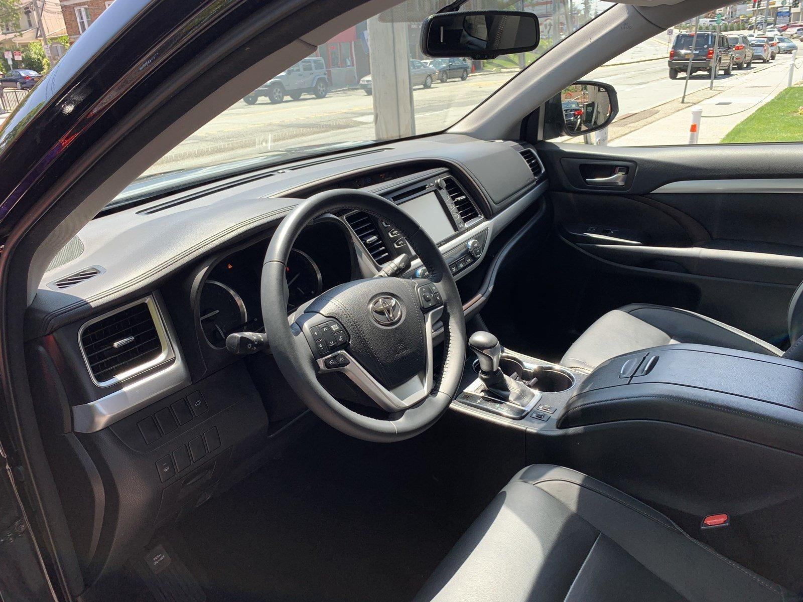 Used-2016-Toyota-Highlander-XLE-(Navi,Leather,RoofRack,Running-Boards)